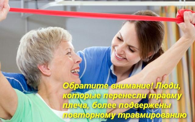инструктор лфк помогает женщине делать упражнение