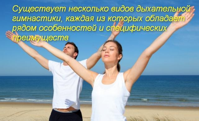 мужчина и женщина подняли руки вверх
