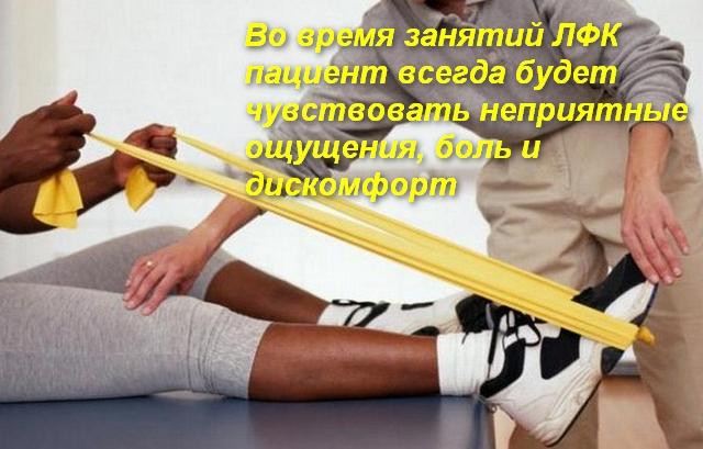 врач помогает делать упражнение пациенту