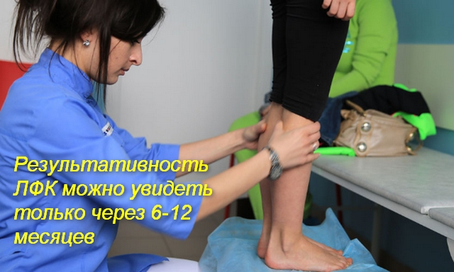 врач осматривает ноги ребенка