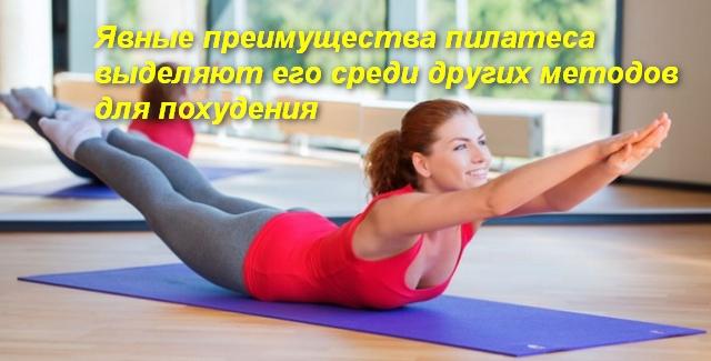 женщина лежа на животе подняла руки и ноги