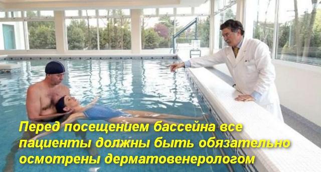 врач дает указания тренеру в бассейне с подростком