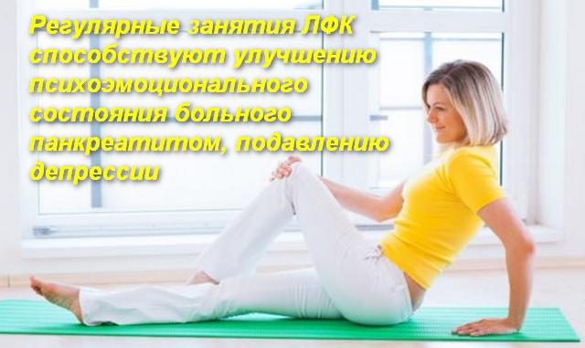 женщина в положении сидя делает упражнение