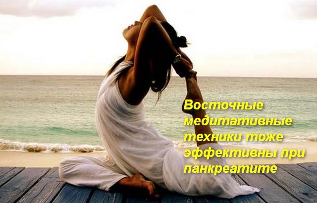 девушка сидит в позе на берегу моря