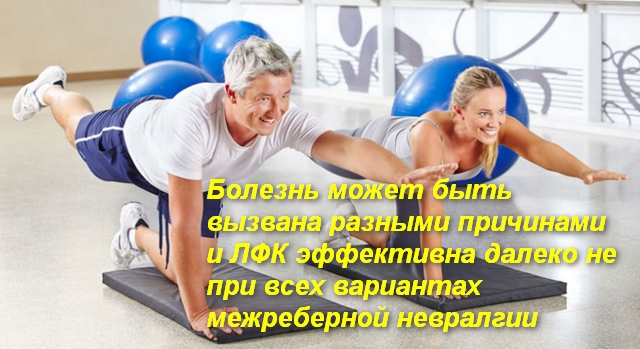 мужчина и женщина выполняют упражнение стоя на четвереньках