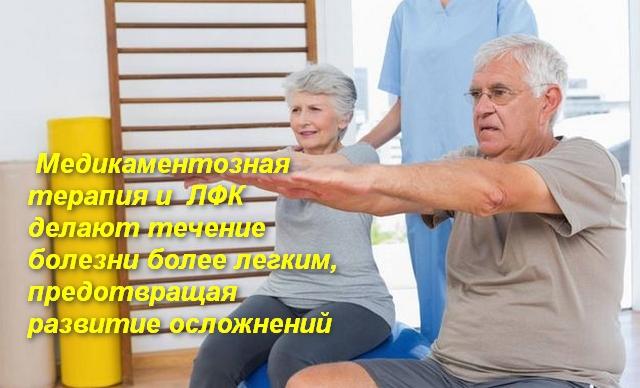 мужчина и женщина сидят с вытянутыми вперед руками