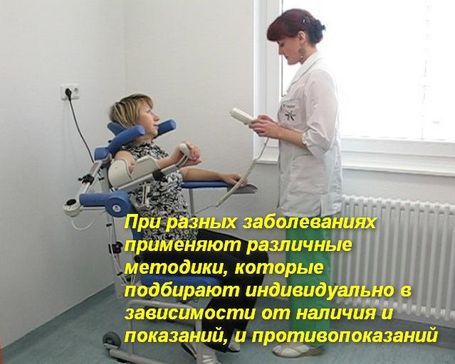 женщина и врач проводят процедуру механотерапии для руки