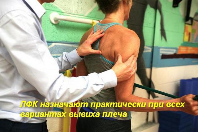 врач помогает делать упражнение женщине